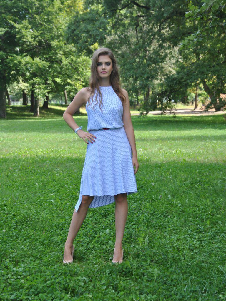 Bílomodré šaty