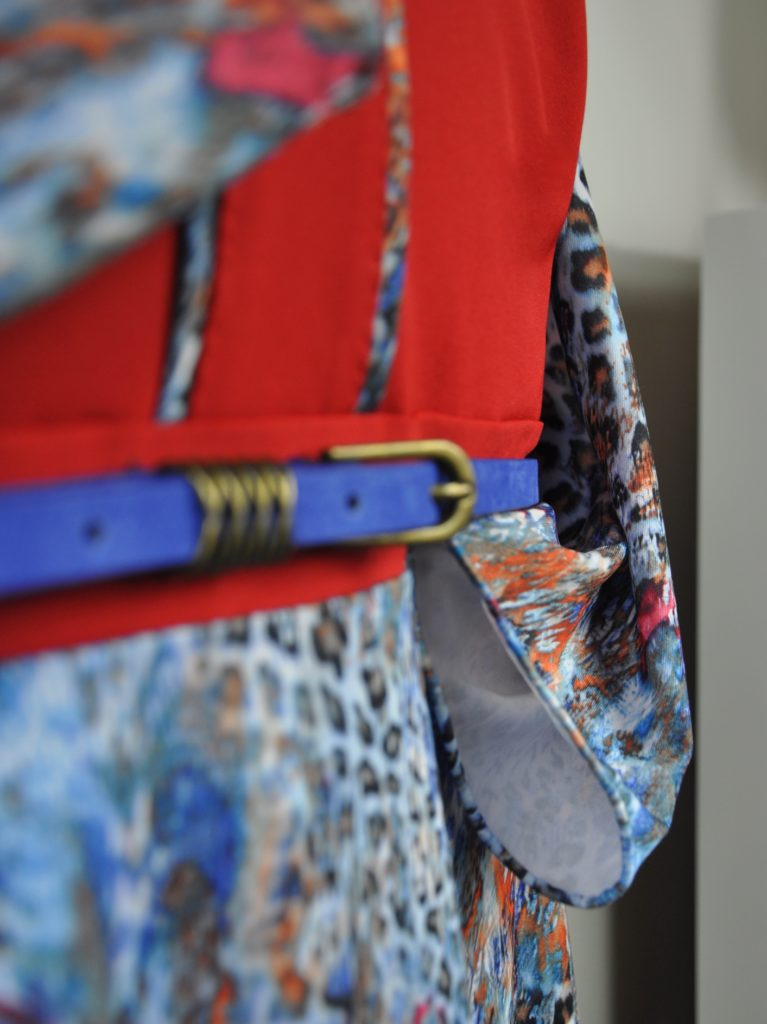 Fotografie pro model – Červené šaty smodrým vzorem