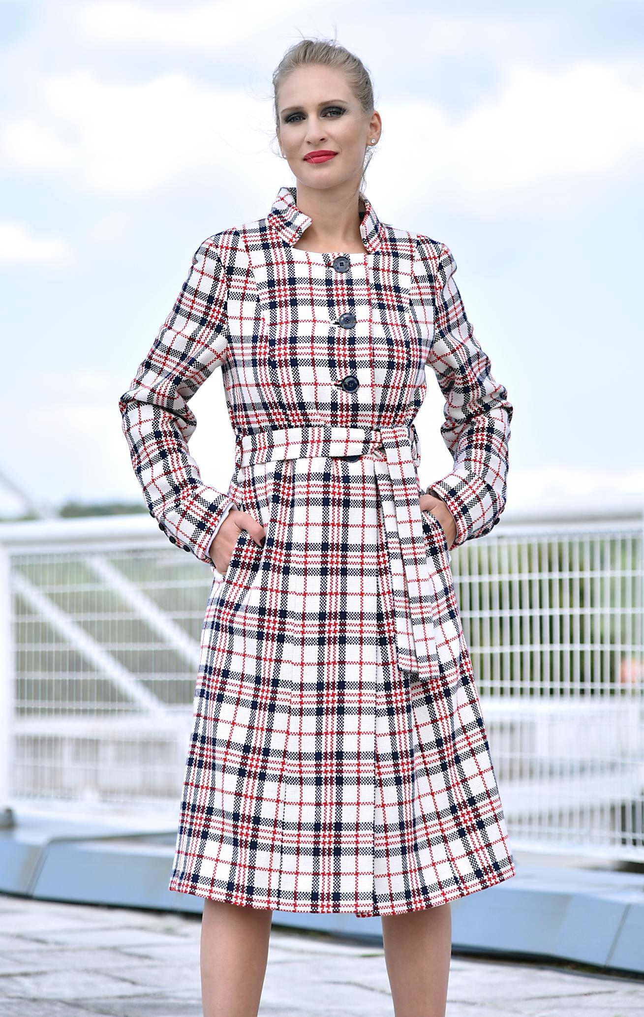 Fotografie pro model – Bílý vlněný kabát skostkou