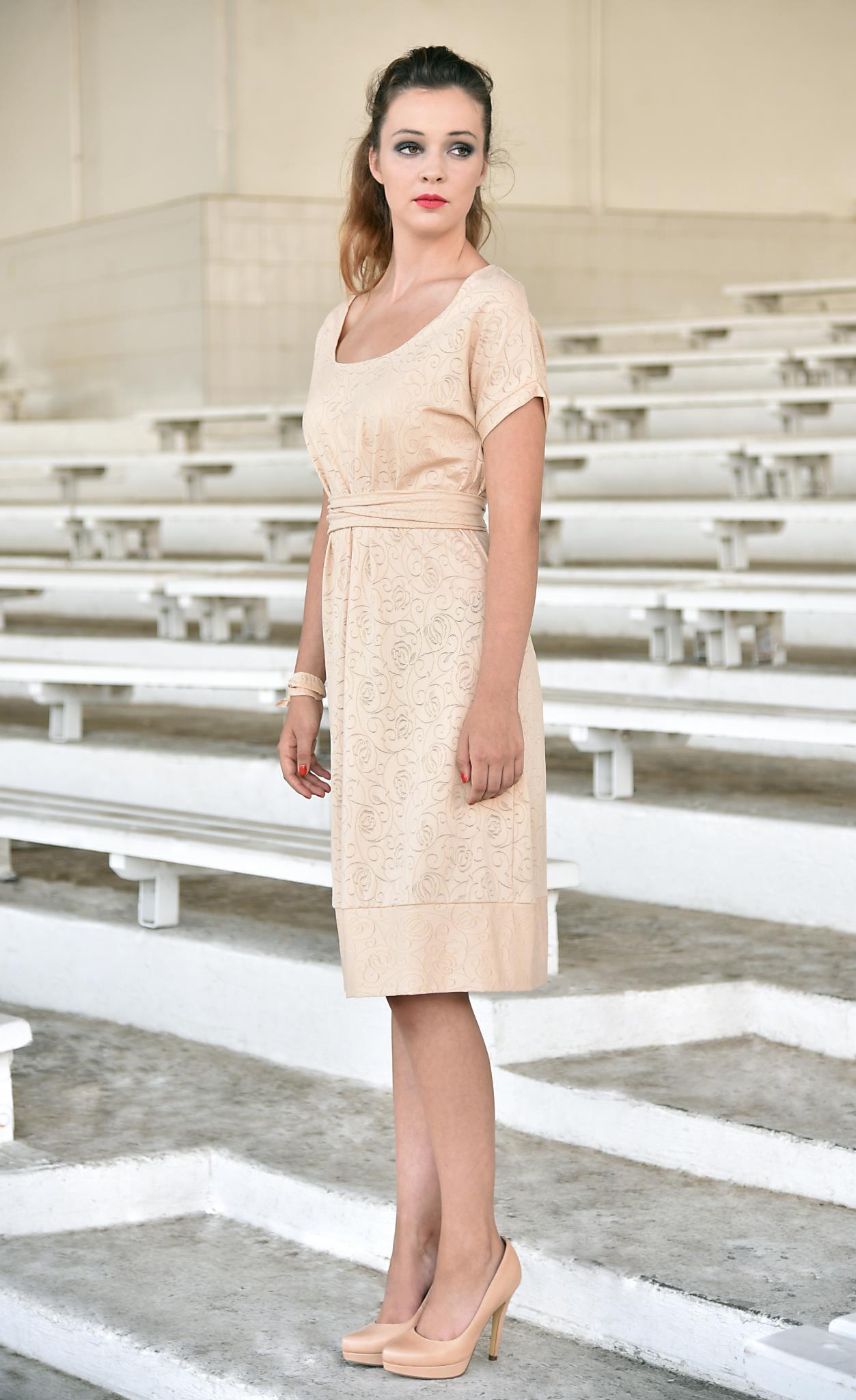 Fotografie pro model – Béžové úpletové šaty