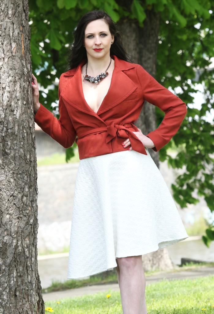 Cihlové sako abílá sukně