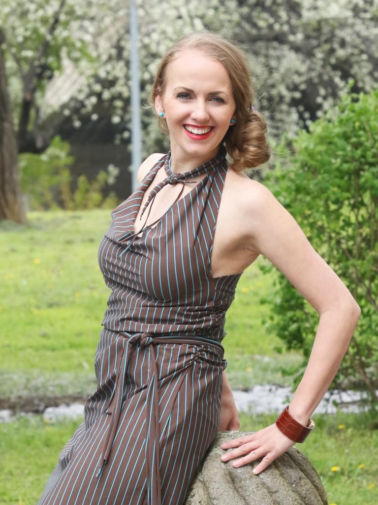 Fotografie pro model – Hnědé šaty styrkys proužkem