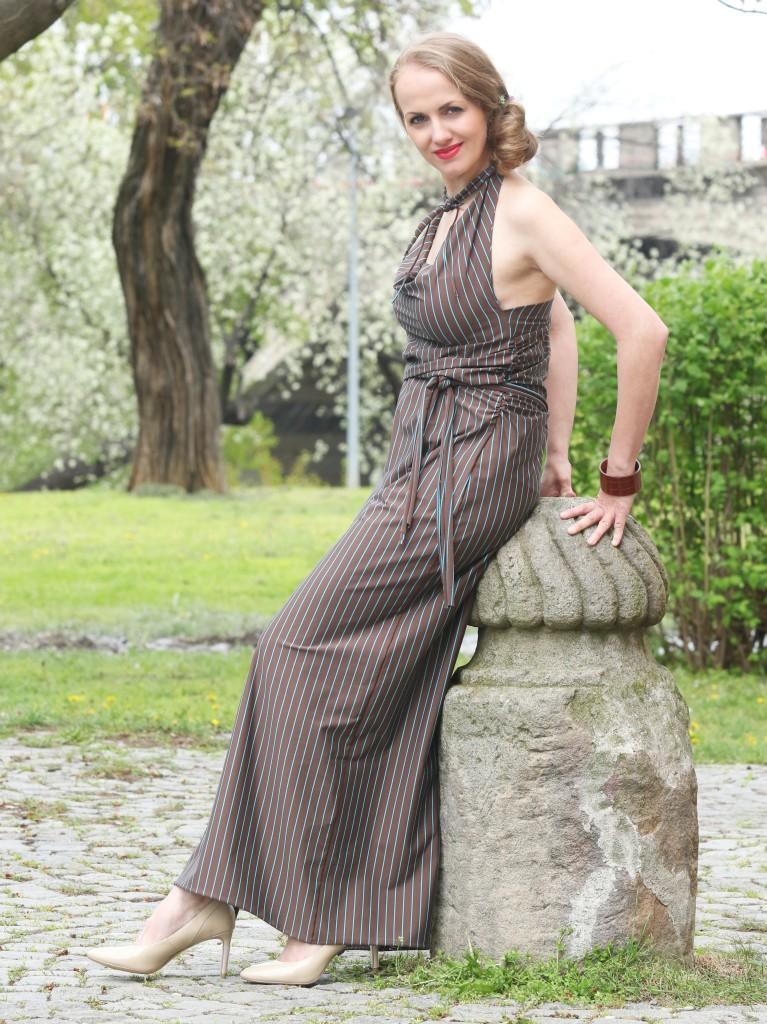 Hnědé šaty styrkys proužkem