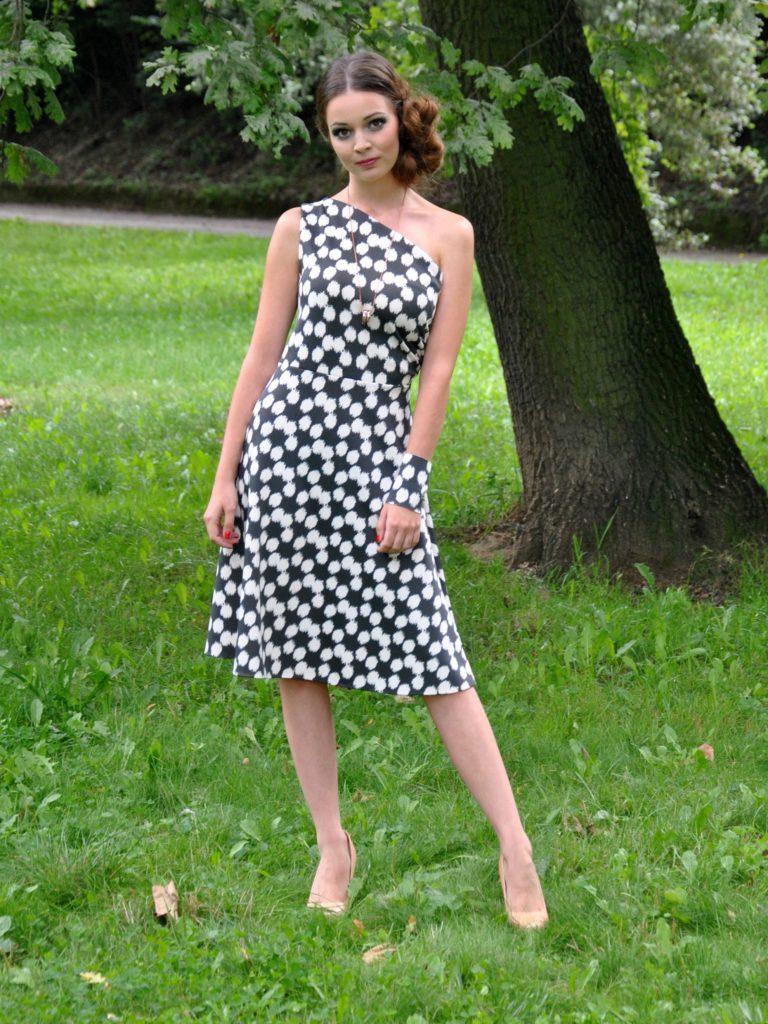 Fotografie pro model – Šedobílé šaty najedno rameno