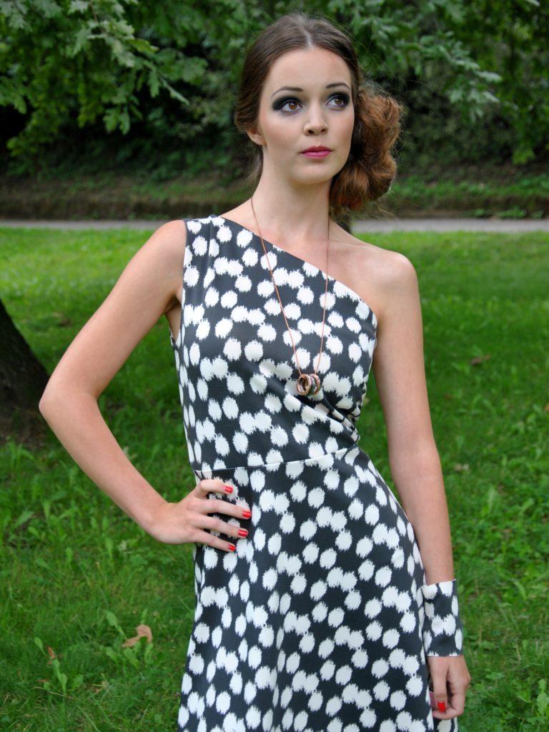Šedobílé šaty najedno rameno