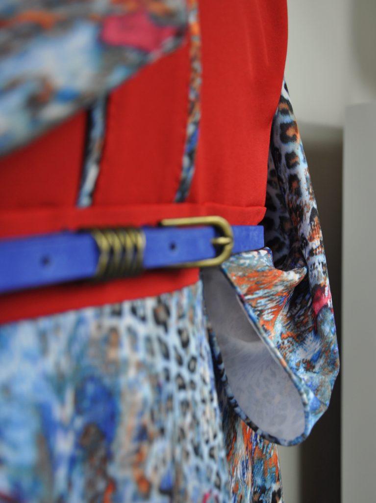 Červené šaty smodrým vzorem