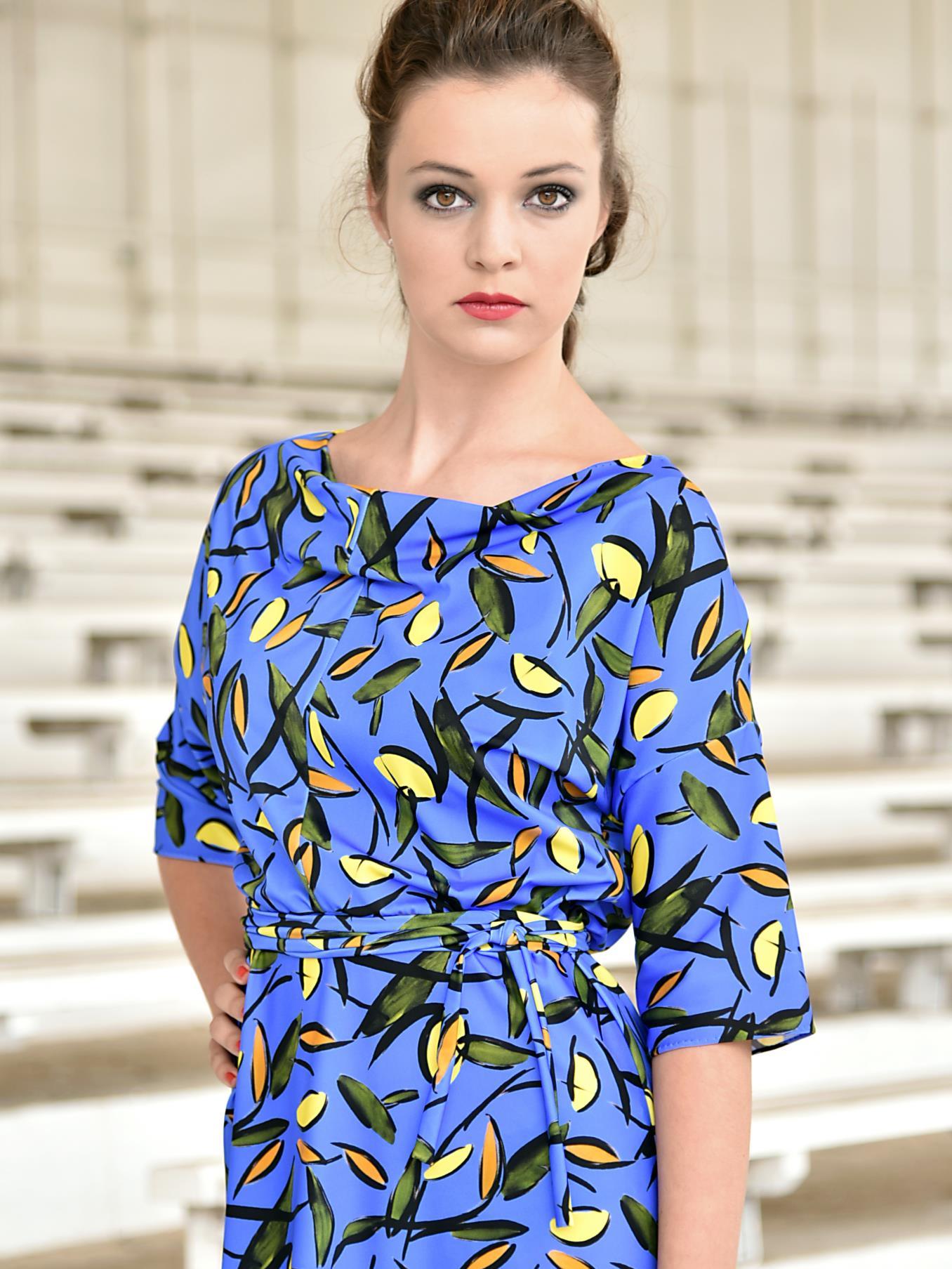 Modré šaty sevzorem