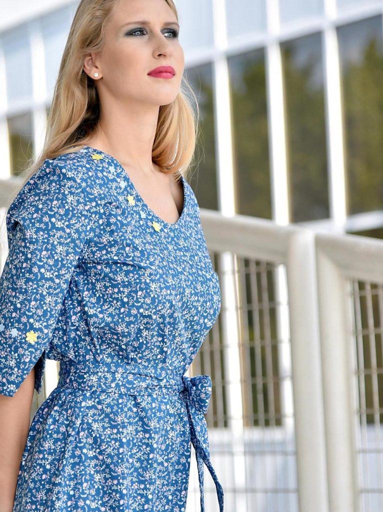 Modré šaty sdrobnými květy