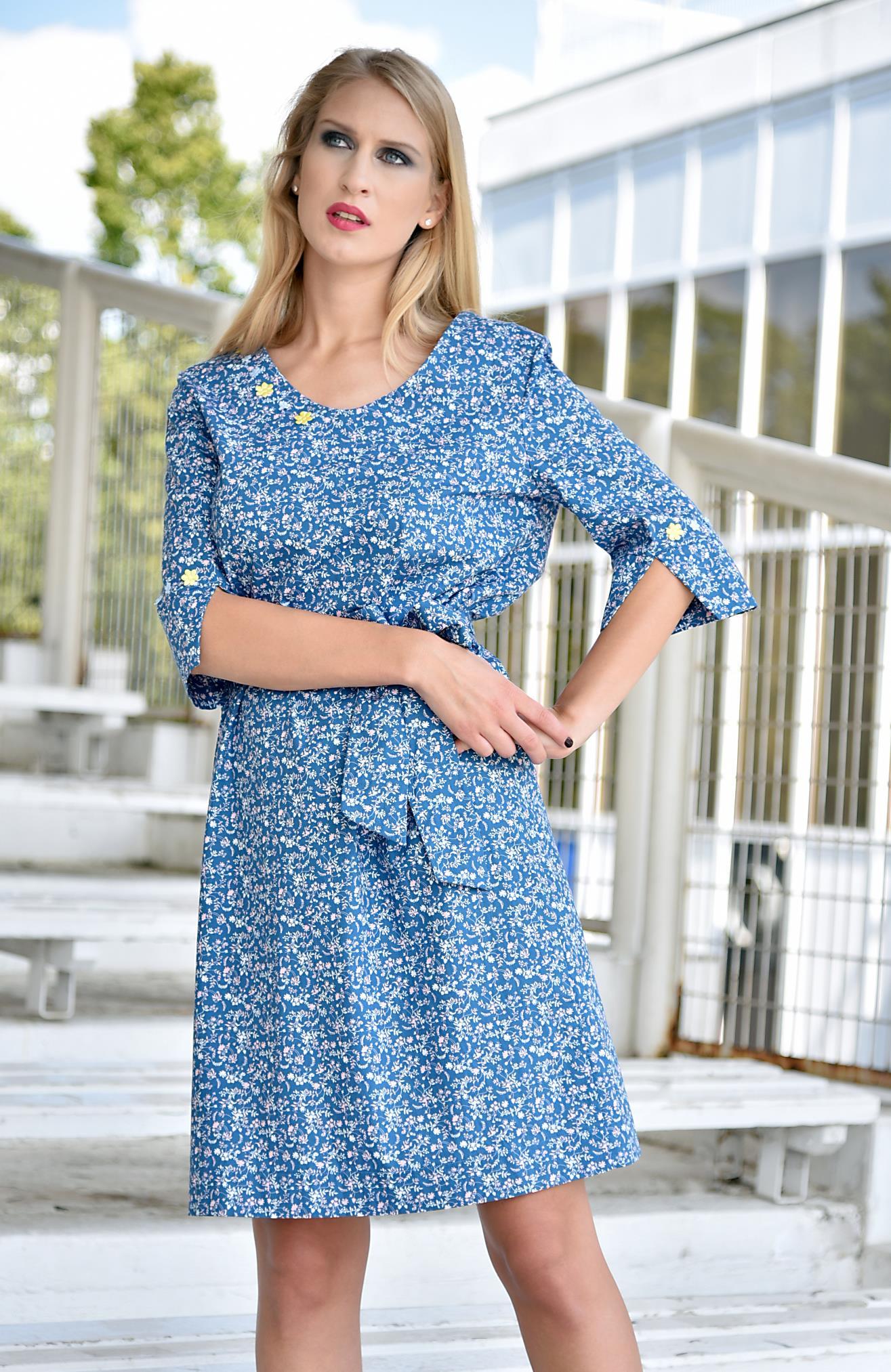 Fotografie pro model – Modré šaty sdrobnými květy