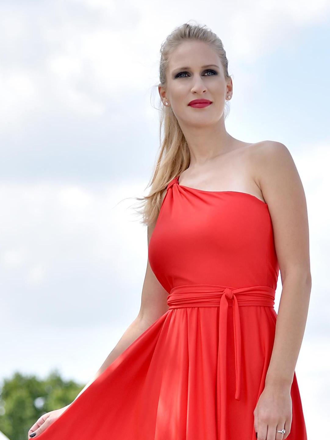 Červené šaty najedno rameno