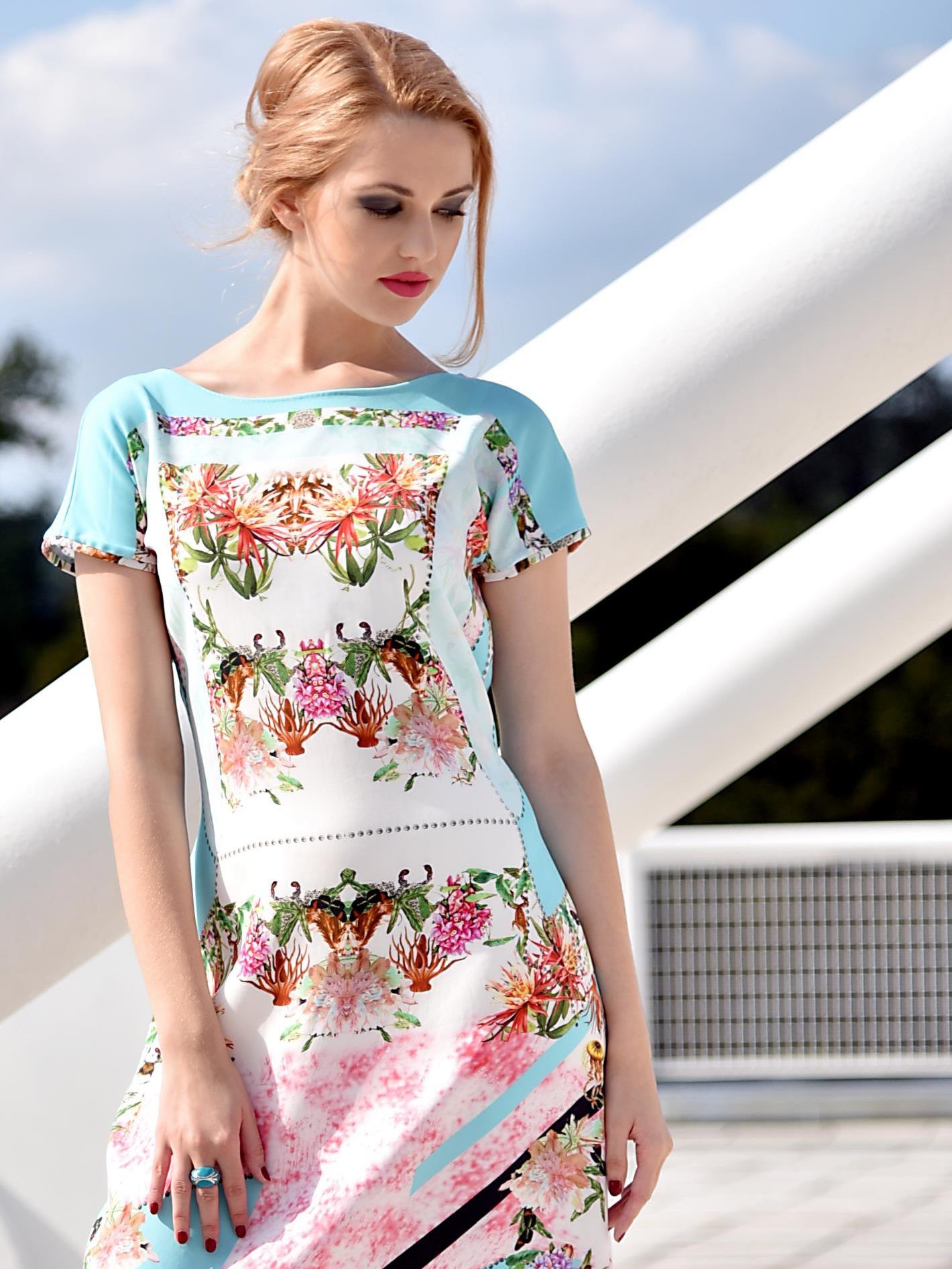 Tyrkysové šaty skvětinami