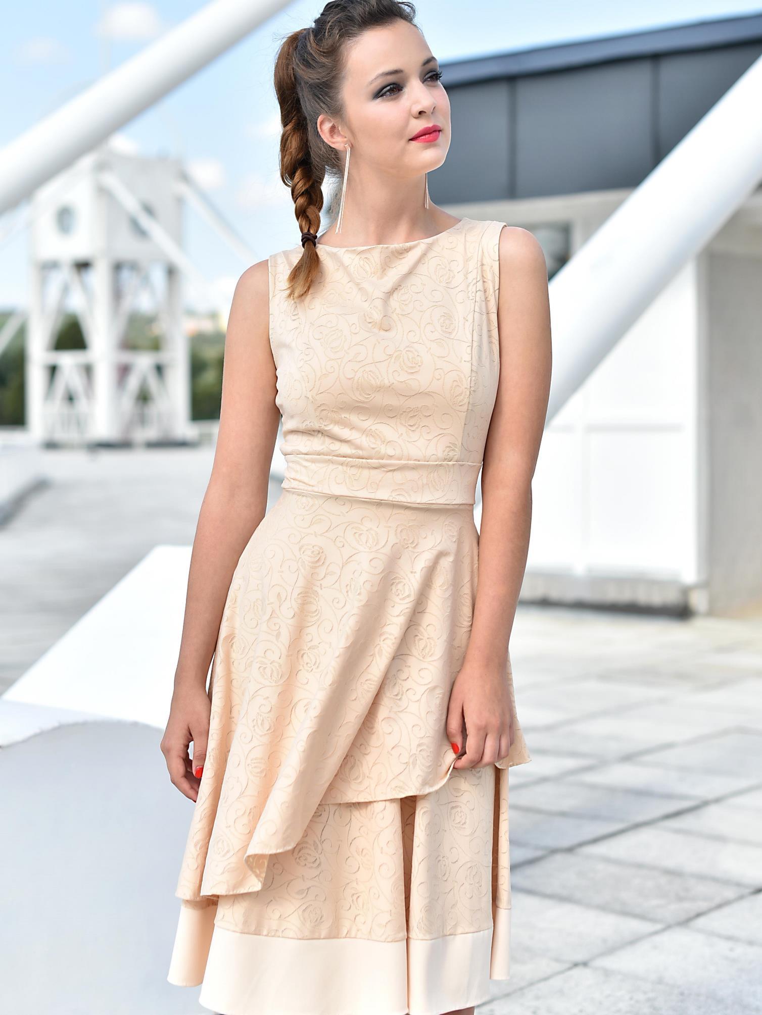 Béžové šaty sdvojitou sukní
