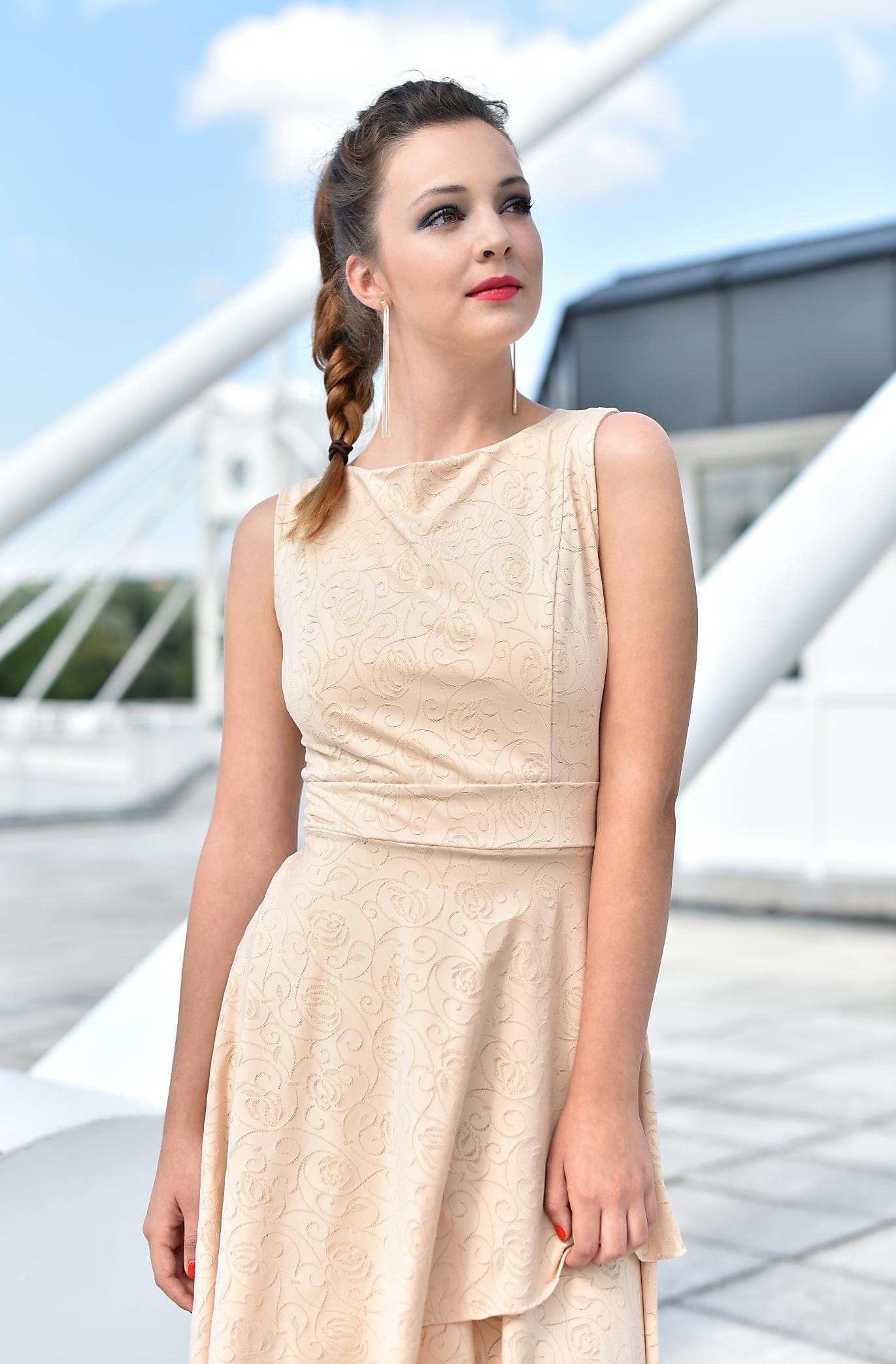 Fotografie pro model – Béžové šaty sdvojitou sukní