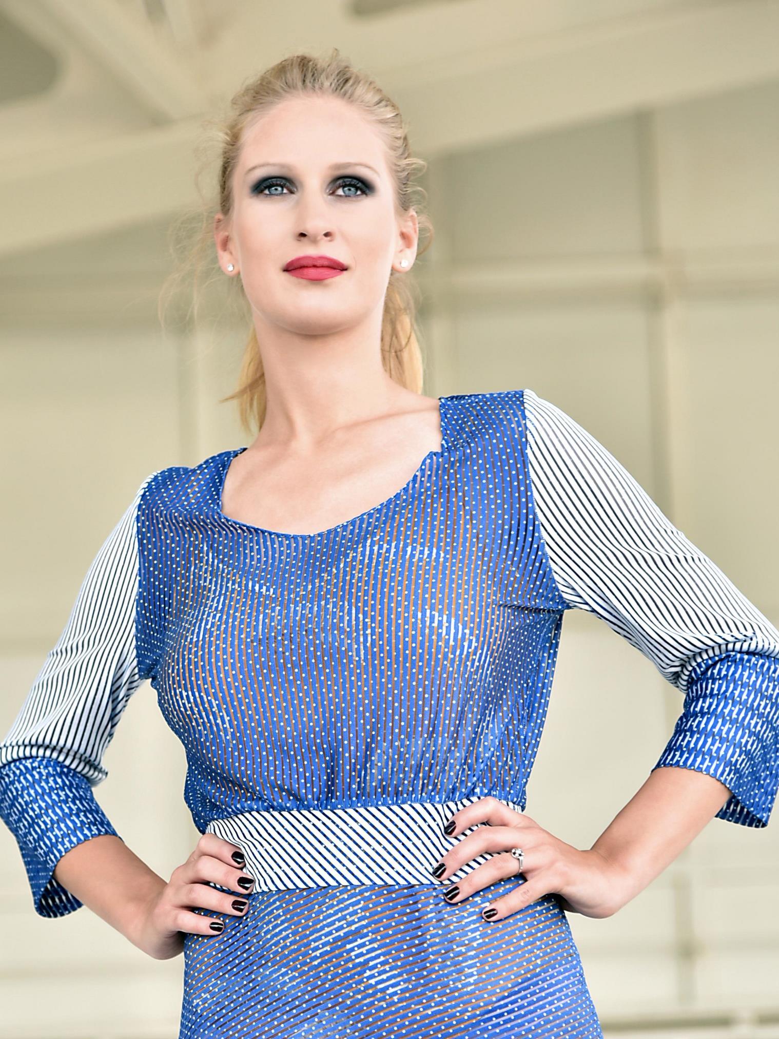 Modré dlouhé šaty sbílým proužkem