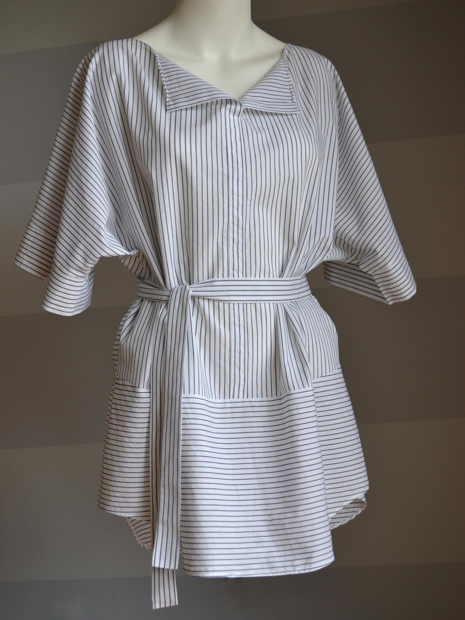 Bílá košile sčerným proužkem