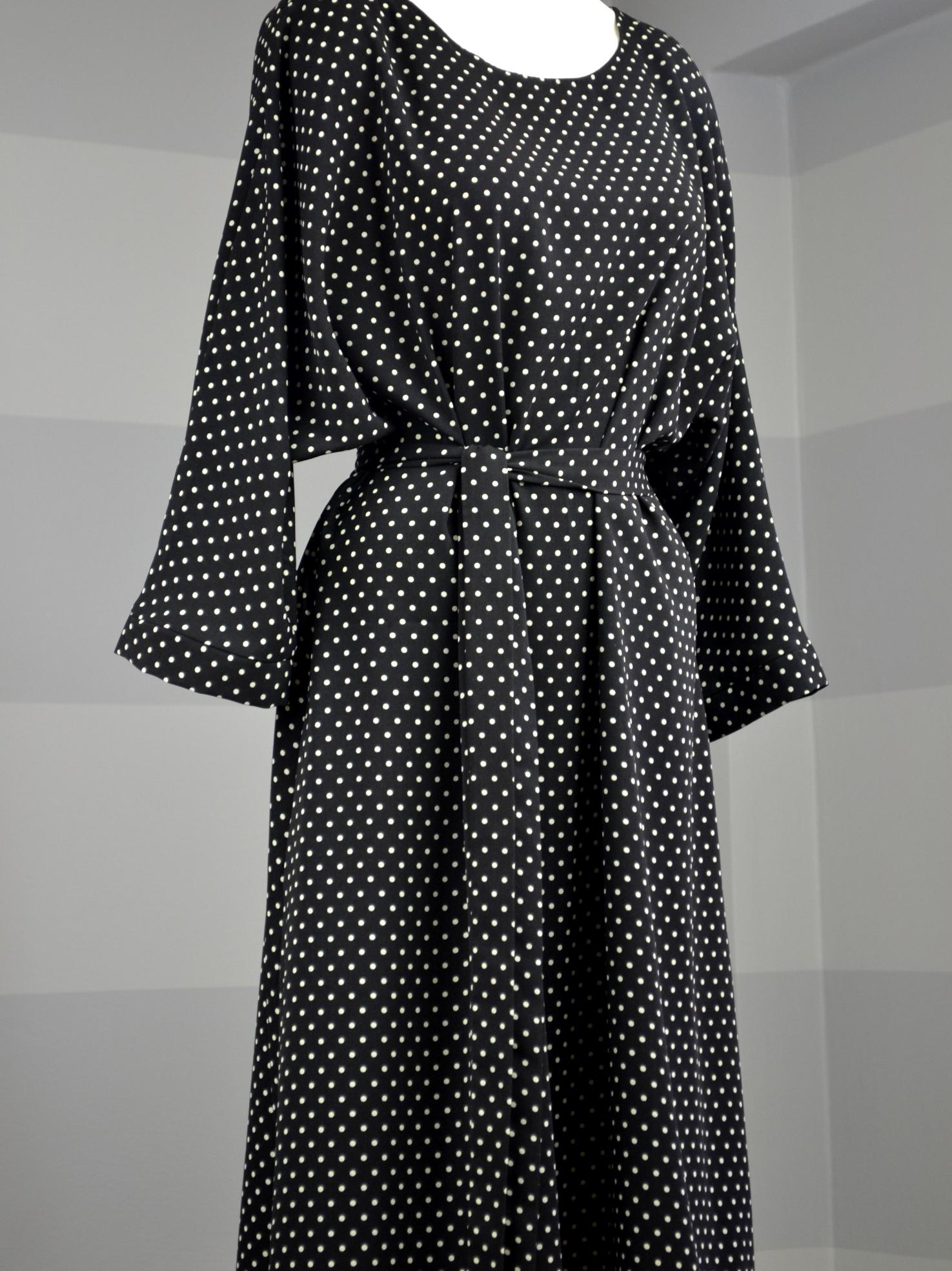Černé šaty sbéžovým puntíkem