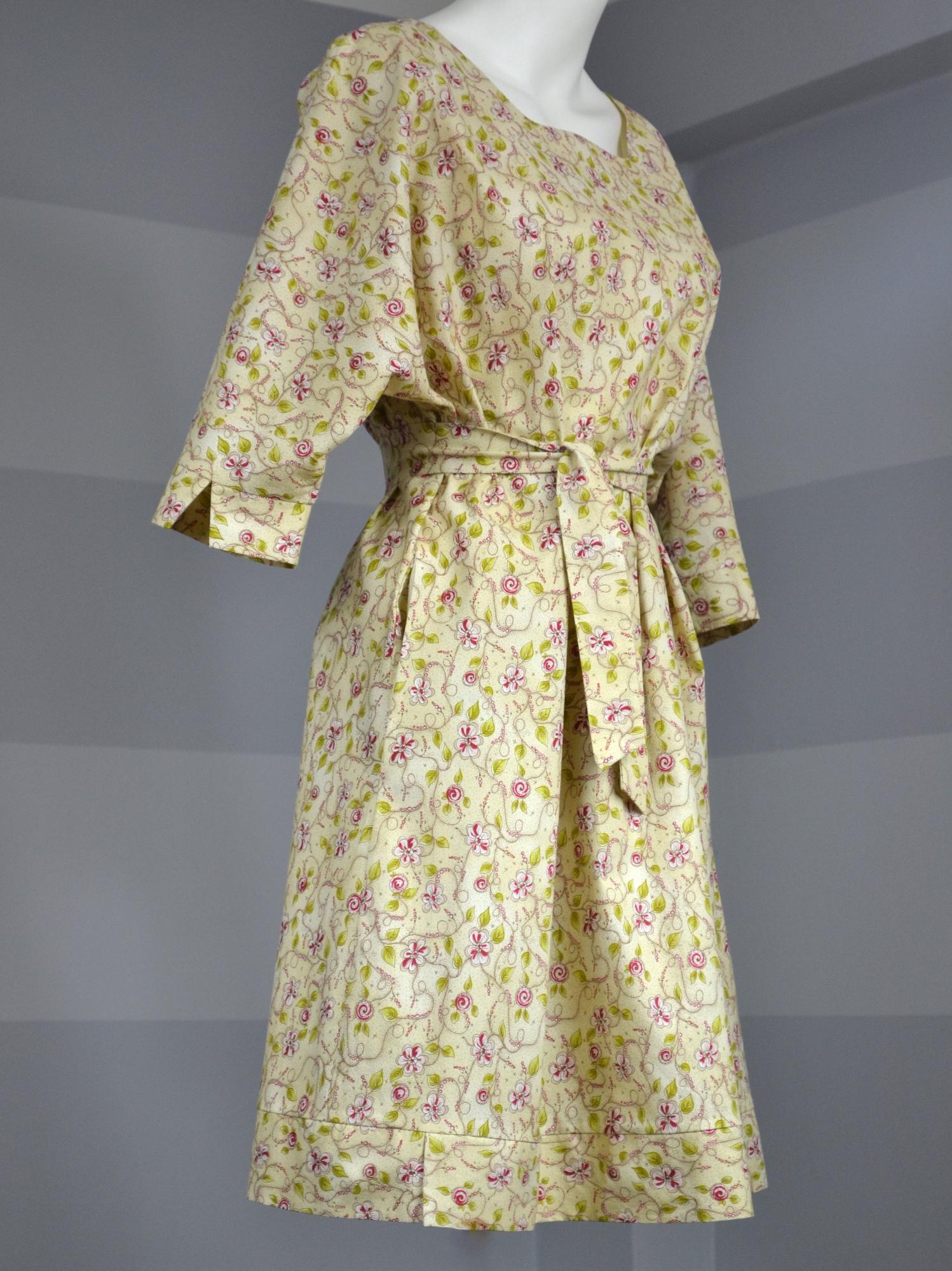 Béžové košilové šaty skvěty