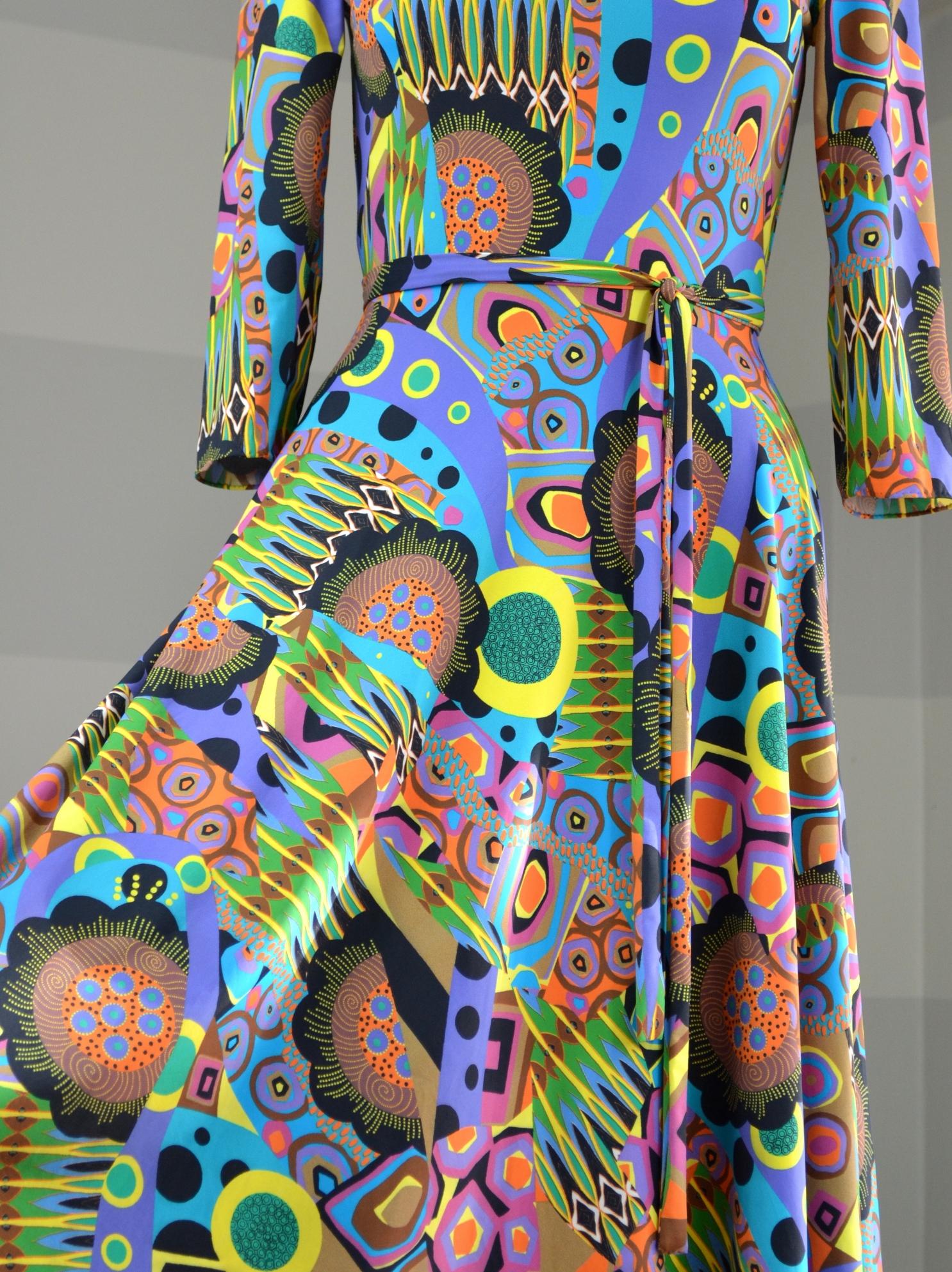 Fialové šaty sevzorem