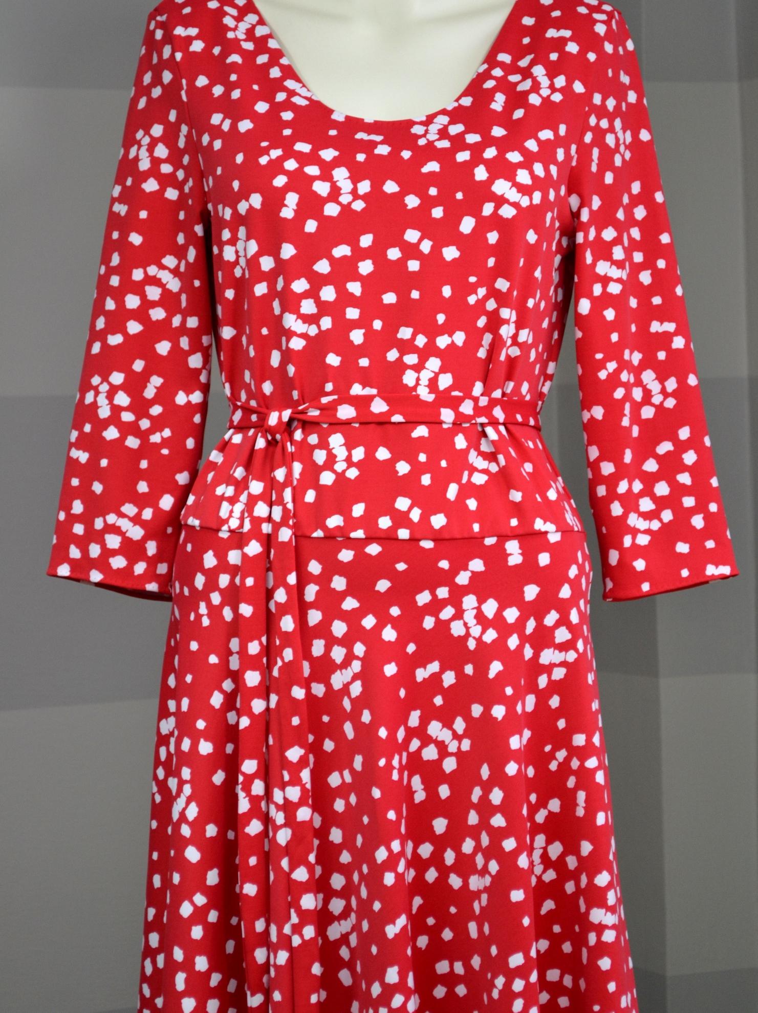 Červené šaty sbílým vzorem