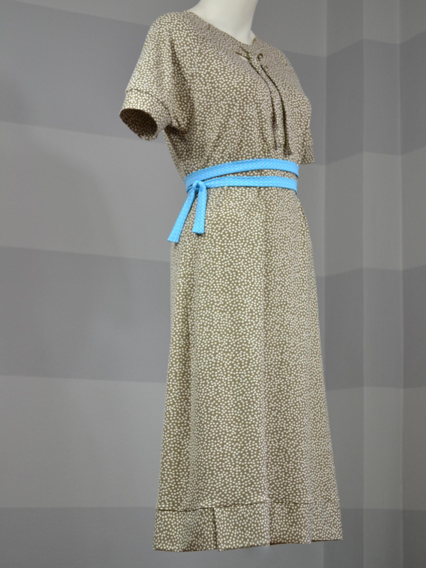 Béžové šaty skostičkami