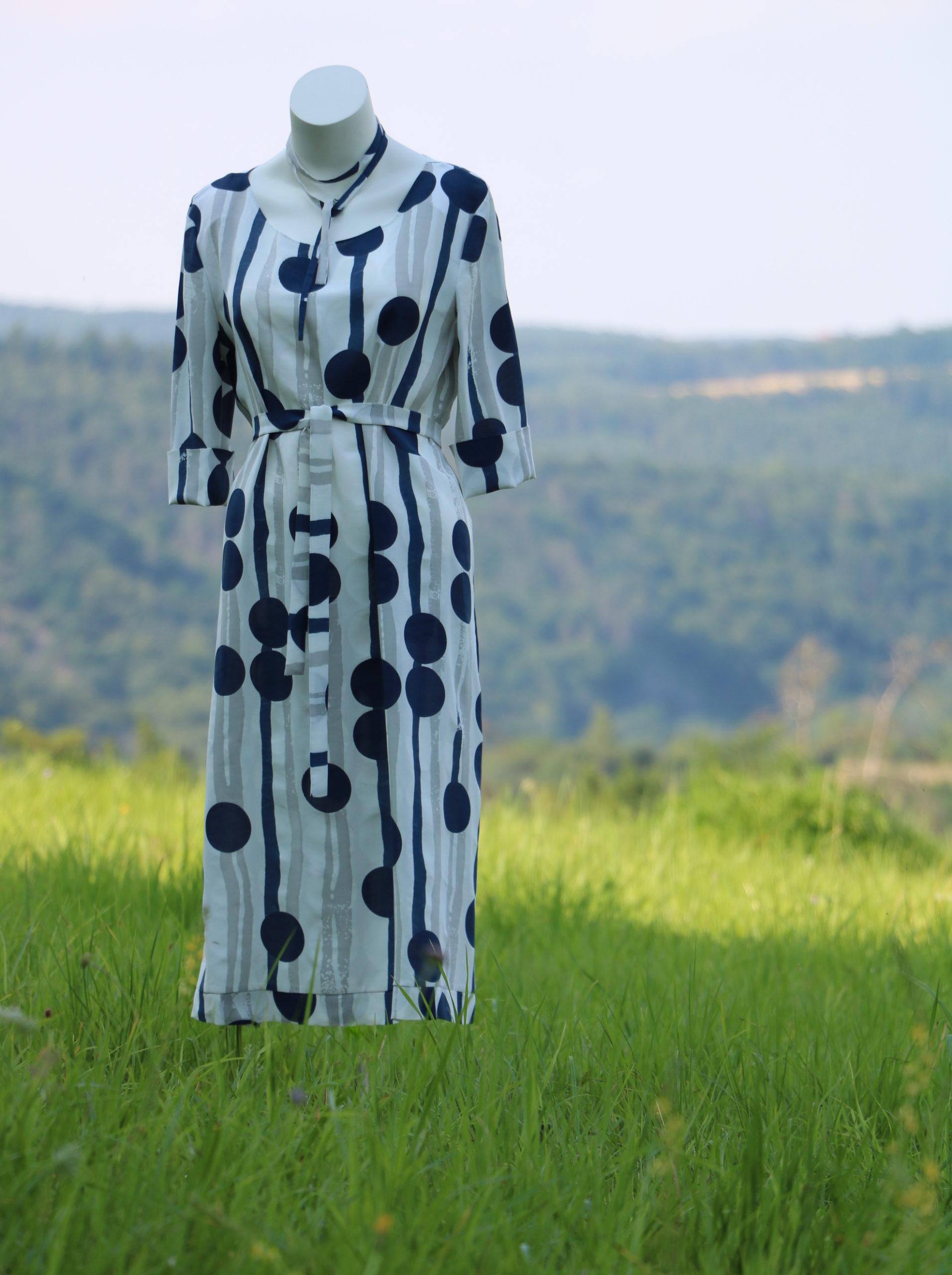 Šaty smodrými abéžovými vzory