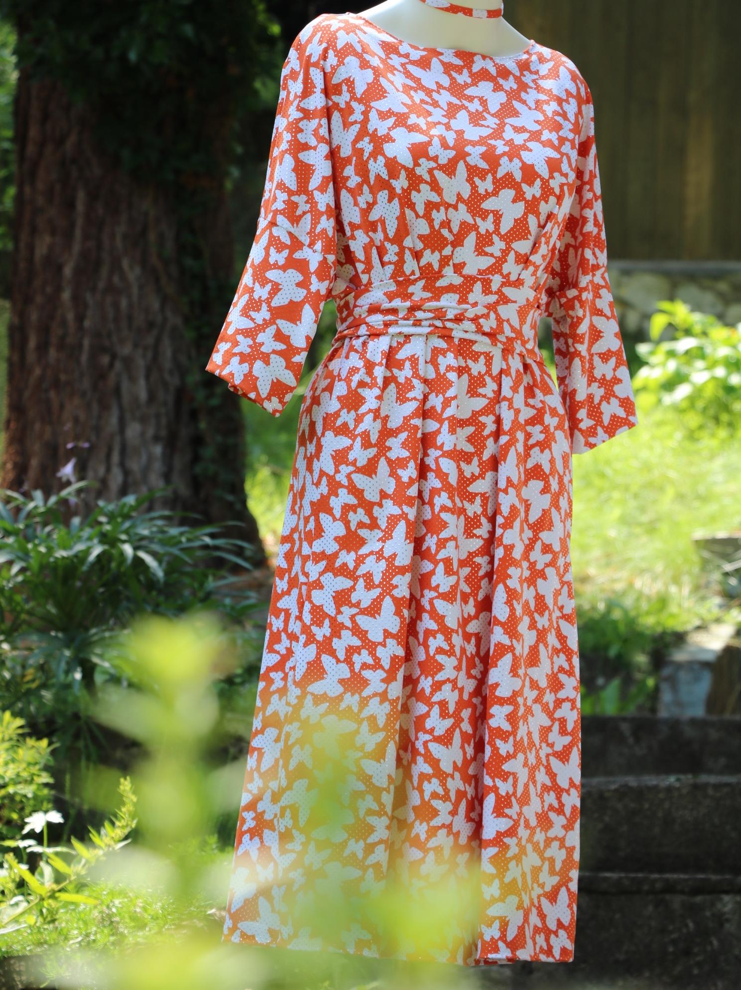 Oranžové šaty smotýly