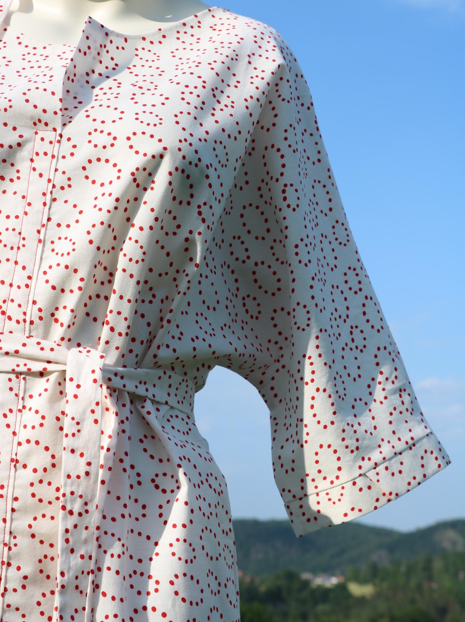 Fotografie pro model – Bílé košilové šaty sčervenými puntíky
