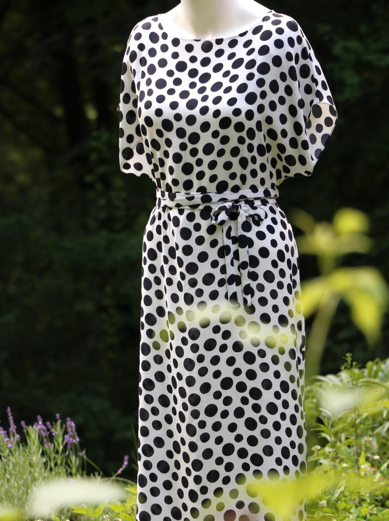 Světlé šaty sčernými puntíky