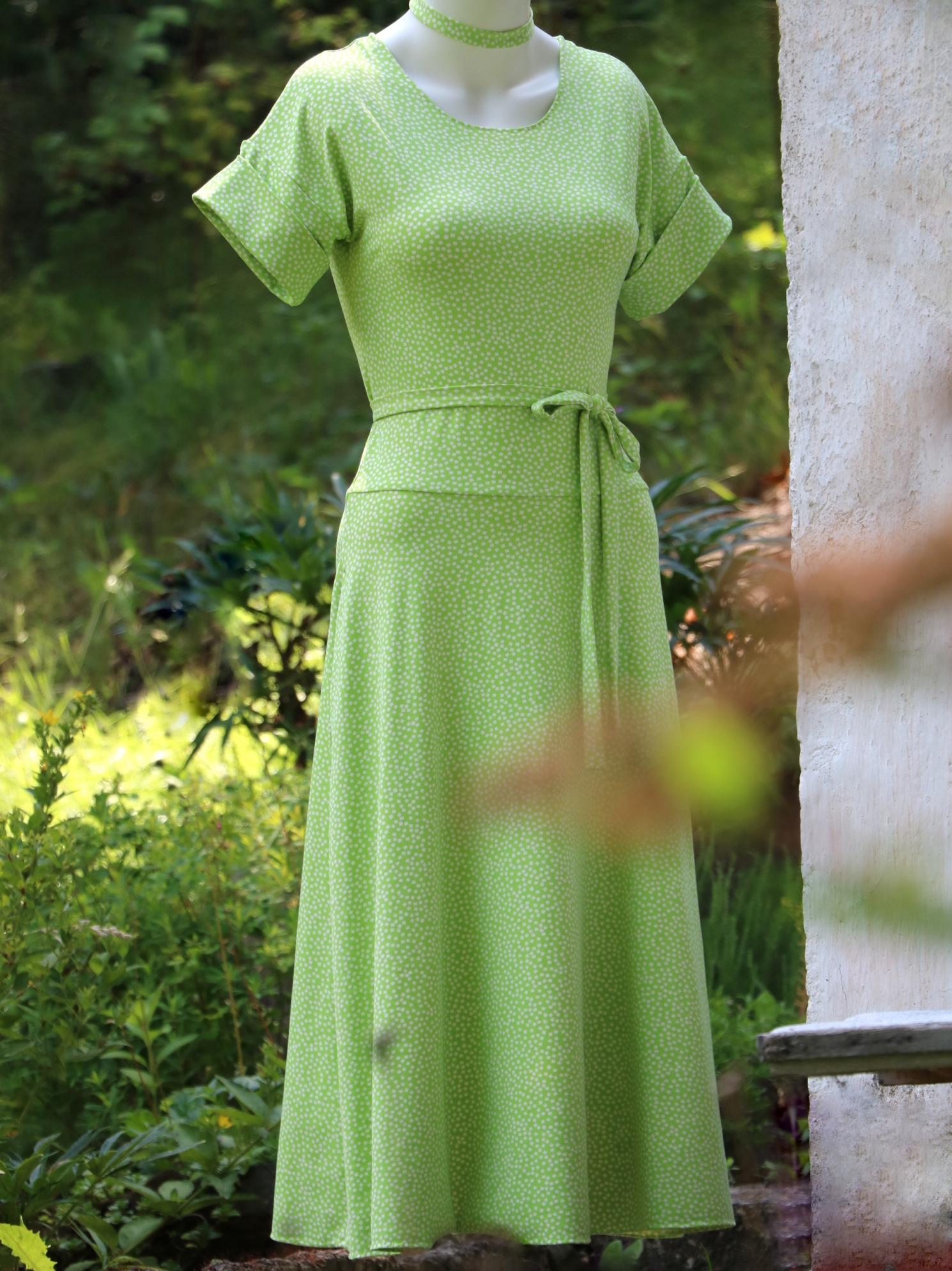 Zelené šaty skostičkami